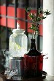 Um tanque do vintage da limonada e dos vidros Foto de Stock