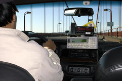 Um taxista que conduz através da ponte de porta dourada, San Francisco, EUA Foto de Stock