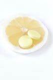 Um teablet ou um fruto fresco que você escolha? Benefício idêntico Imagem de Stock