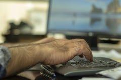 Um teclado de datilografia do bluetooth do homem foto de stock
