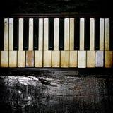 Um teclado de piano do vintage com acento de madeira carbonizado imagem de stock