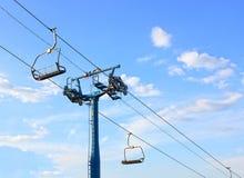 Um teleférico vazio, contra um céu azul, Imagens de Stock