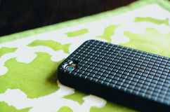 Um telefone celular na tabela fotografia de stock
