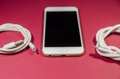 Um telefone com dois cabos do usb imagem de stock