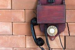 Um telefone de madeira do vintage Fotos de Stock