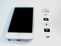 Um telefone esperto branco, uma bandeja de cartão do sim e um papel pequeno simulados como Foto de Stock Royalty Free