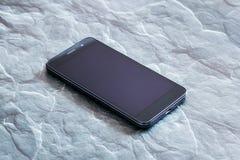 Um telefone esperto com a tela no fundo de pedra cinzento fotos de stock royalty free