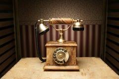 Um telefone marrom velho só bonito em uma mesa Imagem de Stock Royalty Free