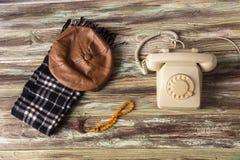 Um telefone velho em uma tabela de madeira fotos de stock royalty free