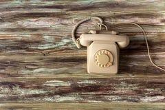 Um telefone velho em uma tabela de madeira foto de stock royalty free