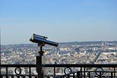 Um telescópio com a vista em Paris Fotografia de Stock