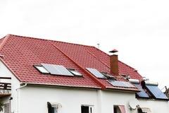 Um telhado com painéis solares ou uma planta fotovoltaico no fundo do céu fotos de stock royalty free