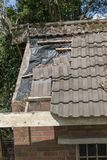 Um telhado de Damged de uma construção fotografia de stock royalty free