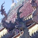 Um telhado Dragon Sculpture em um templo da vizinhança, Chiang Mai, Tailândia fotos de stock royalty free
