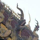 Um telhado Dragon Sculpture em um templo da vizinhança, Chiang Mai, Tailândia imagens de stock