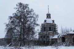 Um templo abandonado está no meio das ruínas fotografia de stock royalty free
