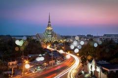 Um templo bonito no crepúsculo fotos de stock