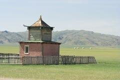 Um templo budista pequeno na estrada imagem de stock