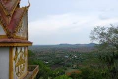 Um templo budista perto da opinião da província de Battambang, Camboja imagens de stock