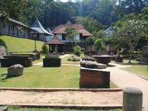 Um templo com ruínas antigas fotos de stock royalty free