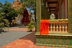 Um templo do beira-rio de Kampot, Camboja com veste das monges Foto de Stock
