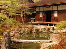 Um templo e um lago em Kyoto - Japão foto de stock