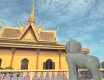 Um templo e um leão de pedra Imagens de Stock