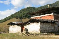 Um templo está nas ruínas no campo perto de Gangtey, Butão Imagem de Stock Royalty Free