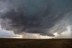 Um temporal do supercell desenvolve uma nuvem da parede e começa a girar sobre as planícies de Colorado oriental imagens de stock