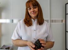 Um terapeuta da mulher pronto para fazer a terapia com ímãs Foto de Stock Royalty Free
