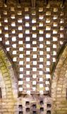 Um teste padrão abstrato criado por tijolos em uma parede velha foto de stock
