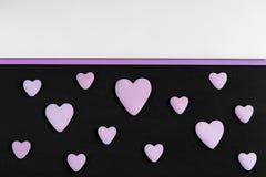 Um teste padrão de corações da serenidade em um fundo preto com cópia-espaço Fotografia de Stock
