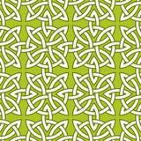 Um teste padrão decorativo sem emenda baseado em nós Quarternary celtas no fundo verde Foto de Stock