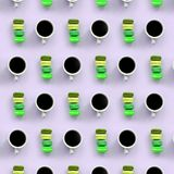 Um teste padrão dos muitos copos coloridos do bolinho de amêndoa e de café do bolo da sobremesa na opinião superior do fundo lilá imagem de stock royalty free