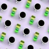 Um teste padrão dos muitos copos coloridos do bolinho de amêndoa e de café do bolo da sobremesa na opinião superior do fundo lilá imagens de stock royalty free