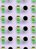 Um teste padrão dos muitos copos coloridos do bolinho de amêndoa e de café do bolo da sobremesa na opinião superior do fundo lilá fotografia de stock