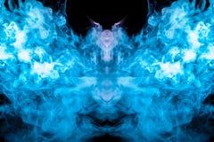 Um teste padrão multi-colorido do fumo azul de uma forma místico no fotos de stock