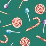 Um teste padrão doce sem emenda com o bastão do pirulito e de doces da aquarela Pintado desenhado à mão em um fundo verde Imagem de Stock