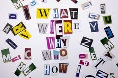 Um texto da escrita da palavra que mostra o conceito de QUE WHO ONDE PORQUE COMO PERGUNTAS feitas da letra diferente do jornal do Imagens de Stock