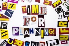 Um texto da escrita da palavra que mostra o conceito da hora para planear feito da letra diferente do jornal do compartimento par Foto de Stock