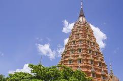 Um Tham Sua Temple, (templo da caverna do tigre) Kanchanaburi, Tailândia Imagem de Stock