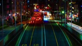 Um timelapse da rua na baixa no Tóquio na inclinação disparada média da exposição longa da noite filme