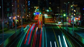 Um timelapse da rua na baixa no Tóquio no tiro médio da exposição longa da noite video estoque