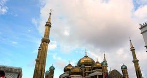 Um timelapse de Crystal Mosque ou de Masjid Kristal é uma mesquita em Terengganu, Malásia ESTÁTICA ACIMA video estoque
