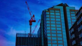 Um timelapse dos guindastes na construção inferior na construção no Tóquio vídeos de arquivo
