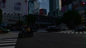 Um timelapse dos povos no cruzamento na inclinação disparada larga do dia do Tóquio de Shibuya video estoque