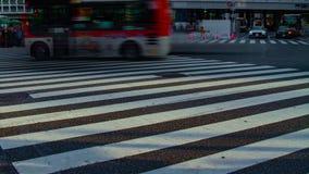 Um timelapse dos povos no cruzamento na inclinação lenta do obturador do dia do Tóquio de Shibuya video estoque