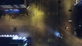 Um tiro aéreo da condução de carros através da cidade do centro pequena com as luzes e as interseções tarde na noite grampo aéreo fotos de stock royalty free