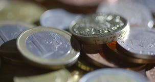 Um tiro asperamente iluminado que gira em torno dos euro e das libras video estoque