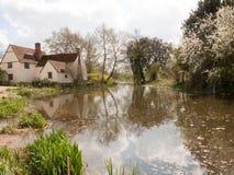 Um tiro bonito da água e da casa de campo para baixo no moinho de Flatford Fotografia de Stock